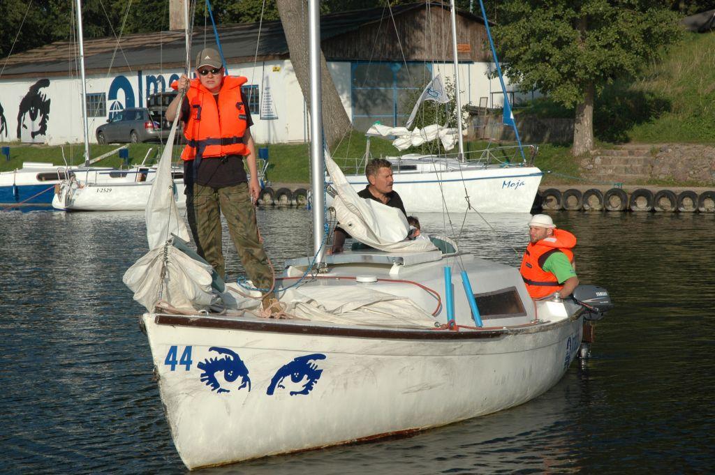 """Przeglądasz zdjęcia w artykule: Kursanci """"niepełnosprawni"""" ratują życie """"pełnosprawnego"""" żeglarza  17 września 2006"""
