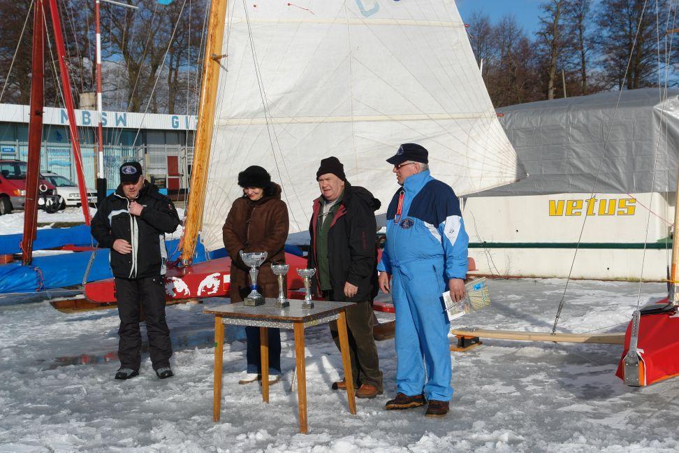 Przeglądasz zdjęcia w artykule: Lodowy Puchar Burmistrza Miasta Giżycka Żeglarzy Niepełnosprawnych w klasie Monotyp XV  28 luty 2009