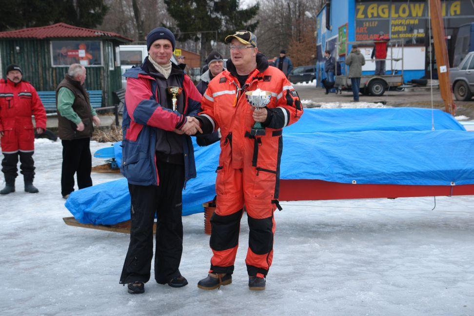 Przeglądasz zdjęcia w artykule: Lodowy Puchar Almaturu Giżycko w klasie Monotyp XV 07 – 08 marzec 2009